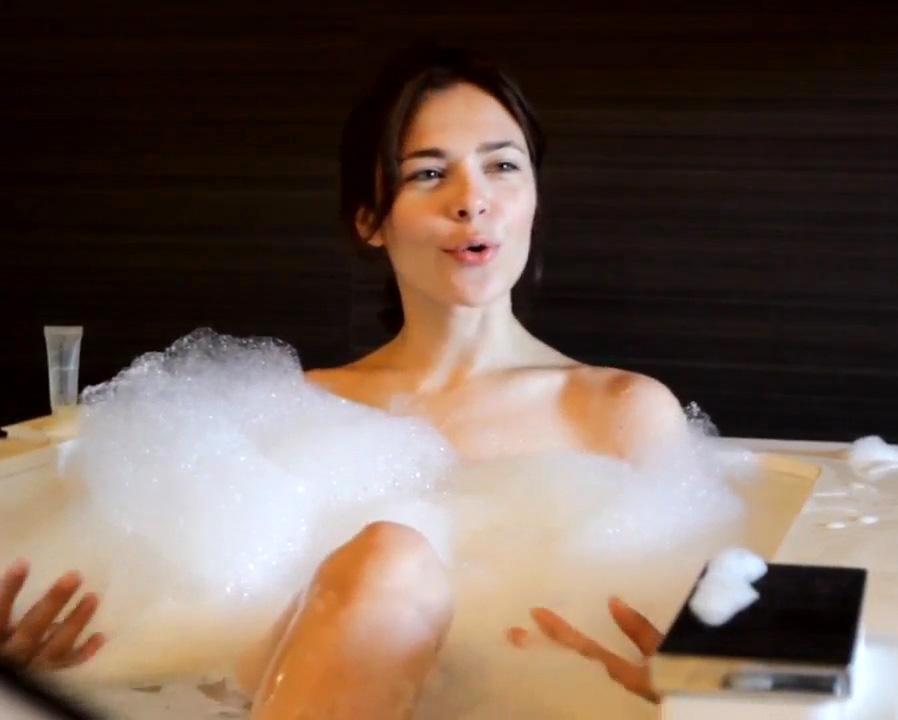 Секс с веселой девочкой в ванной