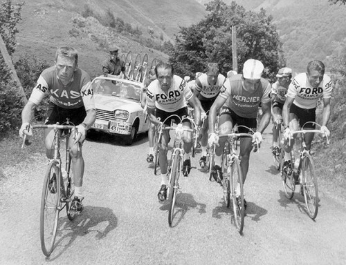 Squeezed in between Julio Jimenez, Jacques Anquetil and some of their allies, Raymond Poulidor has let the third man on the Ford team, Lucien Aimar, slip away during the 1966 Tour